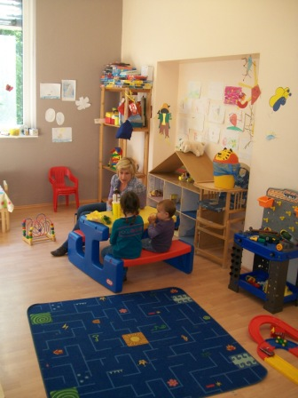 Kinder spielen im Kinderland